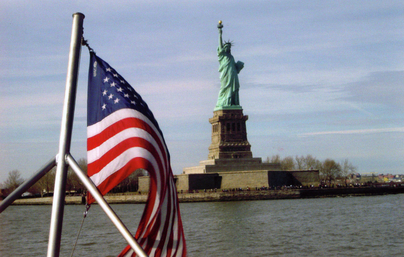 statueofliberty-flag-boat-ferry-wikicommons-posted-mhlivingnews-com-