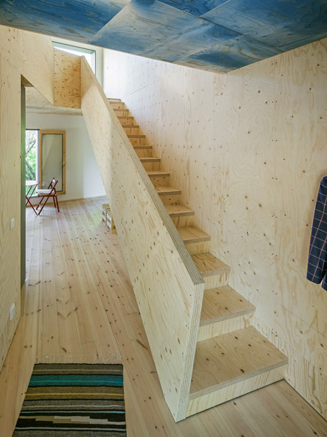 happy-cheap-house-jetson-green=credit-posted-mhlivingnews-com-stairs1