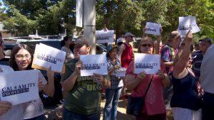 katu-residentprotestorsheritagevillage-postedmanufacturedhomelivingnews